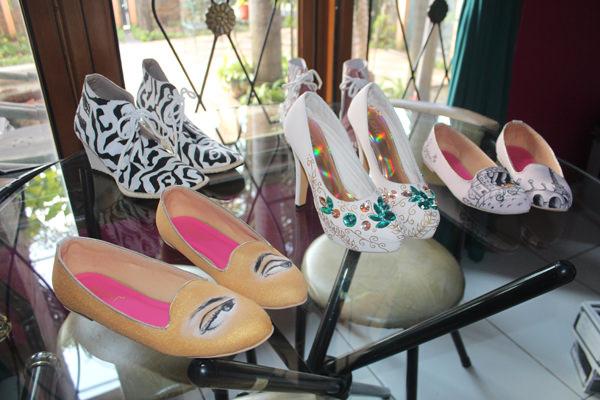 Sepatu_Shoes_Lukis_Tulis_Gambar_Flats_Wedges_Heels_Tas_Clutch_Boots_Casual_Formal_Pesta_Custom_Pesan_Handmade_Eksklusif_Nyaman_Unik_Elegant_Wanita_Perempuan_Cewek_Slight_089624618831 (47)